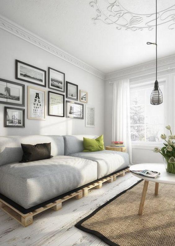 Un salon moderne aménagé avec des palettes en bois