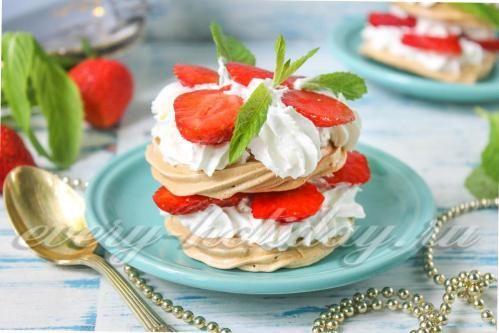 Десерт «Павлова» - Необходимые ингредиенты: - 2 куриных белка; - 100 г сахарного песка; - 2 щепотки соли; - 100 г спелых ягод клубники; - свежая мята; - взбитые сливки для украшения.