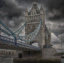 Londra è in fermento per l'imminente inizio dei giochi olimpici e per l'occasione infatti è stata montata sul Tower Bridge un' enorme bandiera olimpia, i cinque cerchi, che non ho potuto non fotografare.  La giornata era decisamente incerta, tante nuvo ...