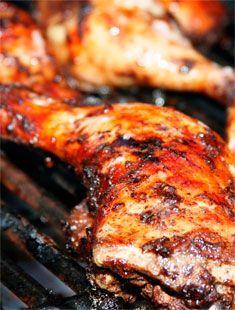 Poulet Jerk à la Jamaïcaine: Le terme Jerk est dit provenir du mot charqui, un terme espagnol désignant viande séchée, qui est finalement devenue Jerky en anglais. Jerk est un style de cuisson originaire de la Jamaïque, dans lequel la viande est frottée à sec ou marinée avec un mélange d'épices très piquantes appelées épices Jamaïcaines Jerk.