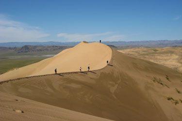 TRES ORIGINAL ET PAS CHER ! Un voyage en Mongolie qui combine des nuits en yourte d'hôtes chez des familles nomades, et la découverte contrastée du désert de Gobi et de la verdoyante Vallée de l'Orkhon, classée au Patrimoine Mondial de l'UNESCO. La cerise sur le gateau : une méharée avec des chameaux dans les dunes...  1330 € les deux semaines, avec un vol intérieur inclus ! Contactez Absolu Voyages au 04 37 02 25 01.