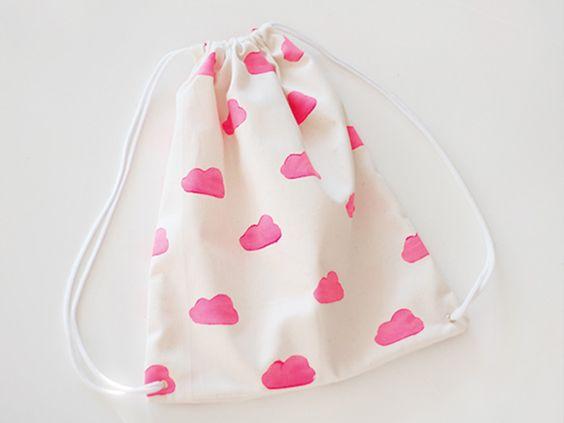 Comment coudre un sac de sport pour enfant avec imprimé maison ? Tout vous sera expliqué dans ce tutoriel, étape par étape !