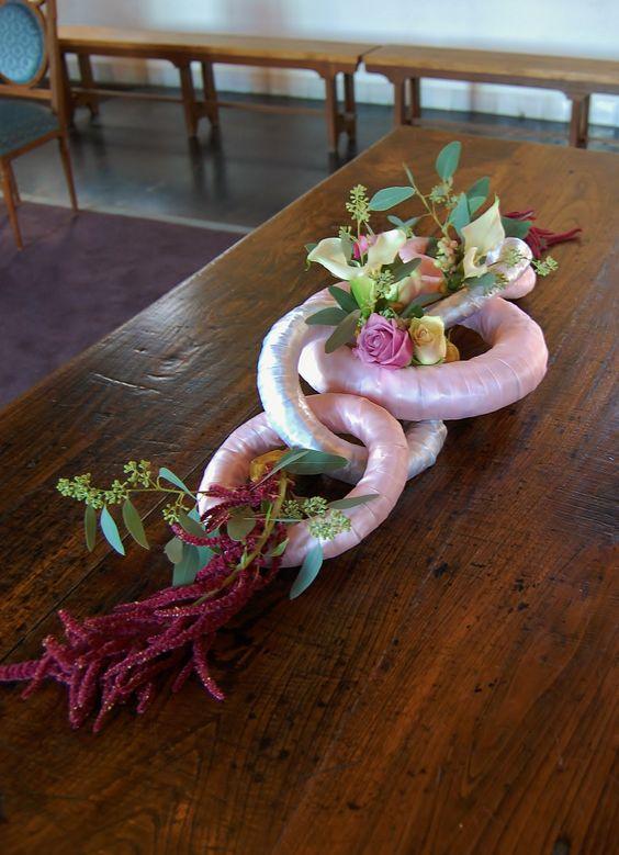 Bruidsdecoratie - tafelstuk in wit en diverse roze tinten en goud. www.meesterlijkgroen.nl