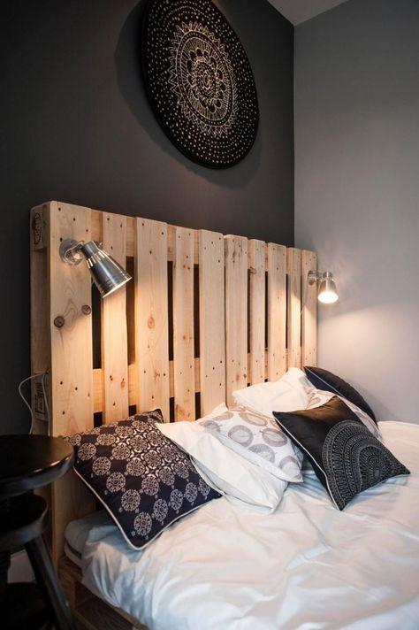 déco noir et blanc dans la chambre, murs gris et lit en bois massif