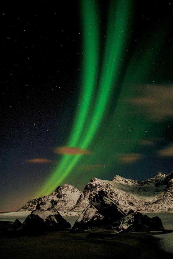 Aurore boréale au-dessus de l'île de Flakstad, en Norvège.