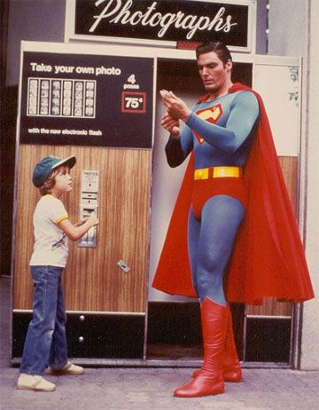Christopher Reeve takes a photo with a young fan! What a Superman!