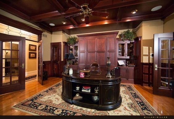 Home-Office ist eine stattliche Angelegenheit, mit reichen Holztäfelung, tief Kassettendecke und massive staatliche Schreibtisch in der Mitte. Mit Einträgen auf beiden Seiten ist es ein sehr gemütlicher Raum.