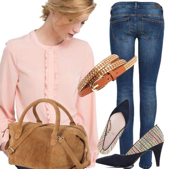 Dedicato a chi ama sentirsi comoda, jeans skinny e blusa rosa creano il look di oggi, un abbinamento semplice ma perfetto per le prime giornate autunnali. Completano l'outfit un tacco medio, tracolla e cinturino dorato. Vi piace l'outfit di oggi?