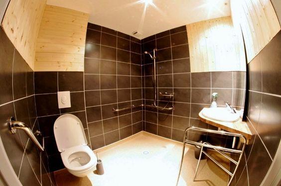 Sanitaires adaptés (douche, WC, flash lumineux, alarme incendie)