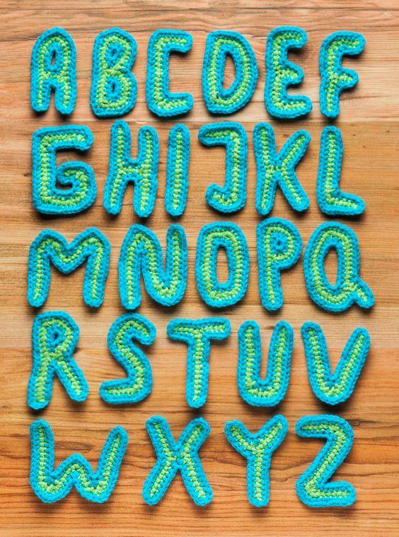 """Schaut mal, wir haben noch einen Nachtrag zu unserem Leseknochen: Eine Anleitung für ein Häkel-ABC ist auch separat im Blog zu finden! Weil: Gehäkelte Buchstaben sind ja auch für viele andere Projekte super praktisch """"smile""""-Emoticon http://blog.buttinette.com/handarbeiten/kostenlose-anleitung-haekel-abc/"""