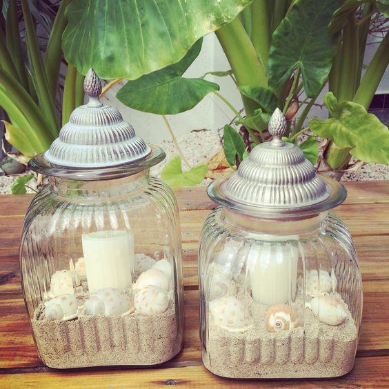 Jarrones con arena de mar velas y caracoles son una for Decorar jarrones con velas
