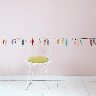 Cette frise murale Plumes multicolores par Mimi'lou apportera une note de couleur à la décoration de chambre de votre enfant.