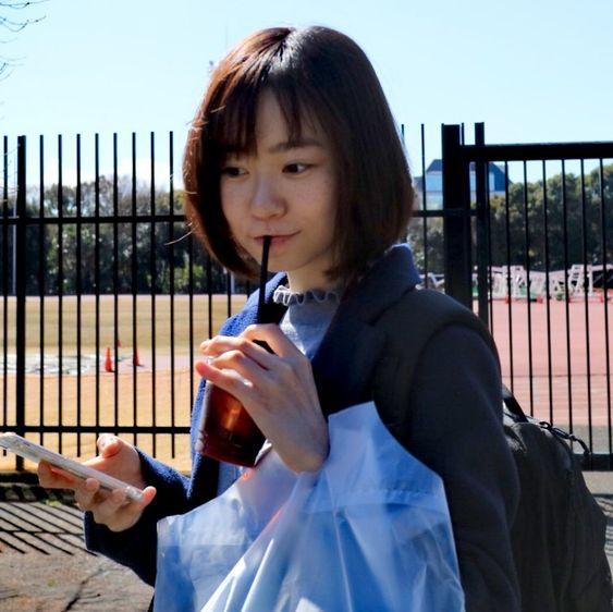 ドリンクを飲む柴田杏花