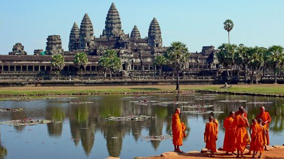 Considerada la estructura religiosa más grande jamas construida, el templo de AnkorWat, en Camboya, data del siglo 12, y llego a albergar a mas de 20000 personas.