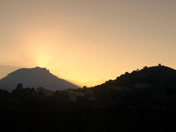 Région de Ponte-Leccia -Pedano (Hameau de  Pietralba) - Pedano et la chapelle San Michele ; au fond le Monte Padro