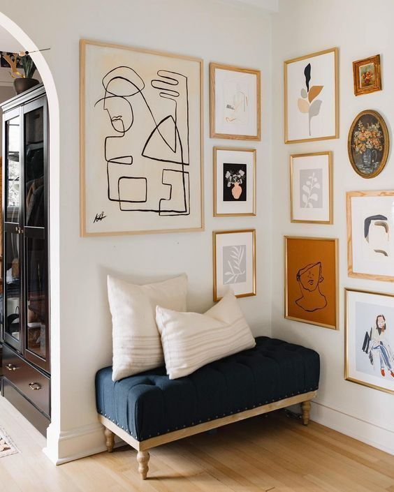 learn how to create a gallery wall in your home // entryway // navy bench // gallery wall tips