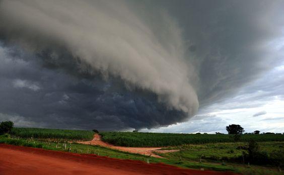 Nuvem forma-se de maneira espetacular no céu, a caminho de Mendonça, em São Paulo.