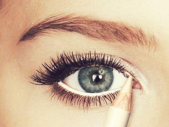 14 Truques de beleza para a hora de se arrumar em casa - Olhos bem abertos Está morrendo de sono e quer realçar o olhar? Simples. Passe um lápis bege na linha d'água, o contraste das cores fará com que seus olhos pareçam bem maiores.