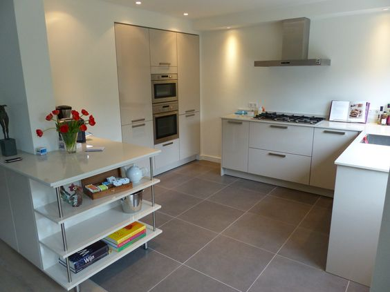 Keuken Kastenwand Met Nis : hoogglans keuken met composieten aanrechtblad en hoge kastenwand