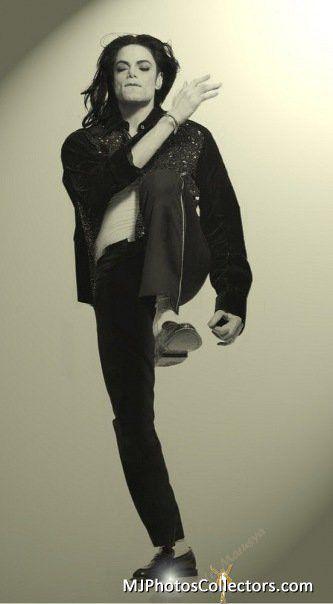 片足を挙げるマイケルジャクソン
