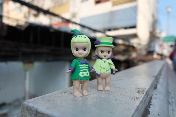 """""""24/10/58  พาเด็กๆ มาปิดตำนานตลาดของเล่น ตุ๊ตาอันเก่าแก่ของเมืองไทย พื้นที่ที่มาทีไรรู้สึกตัวเองกลับไปเป็นเด็กอีกครั้งทุกที  การได้เดินเบียดคน…"""""""