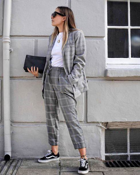 30 looks para quem ama calça xadrez - Guita Moda. Terninho cinza, blazer, blusa branca, calça de alfaiataria, tênis preto vans