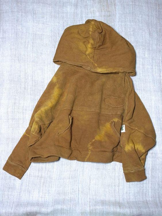 ヘンプコットンのドルマンパーカーです。 ヤマモモで染めています。 胸にエンブレムが付いています。  Dolman Parker. Hemp&cotton . I am dyed in bayberry . Emblem is attached to the chest .