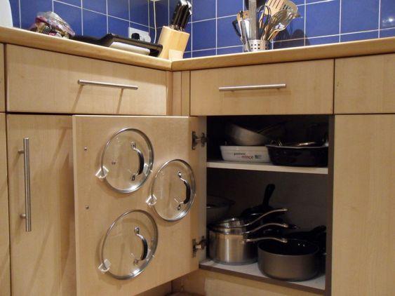 Appealing Kitchen Cabinet Pot Organizer: Enchanting Kitchen Cabinet Pan Organizer Wooden Kitchen Cabinet Using Hooks On Door Cabinet ~ dropddesign.com Home Accessories Inspiration. Ordenadas las tapas de las ollas colgadas en puerta de armario inferior de la cocina Organizacion