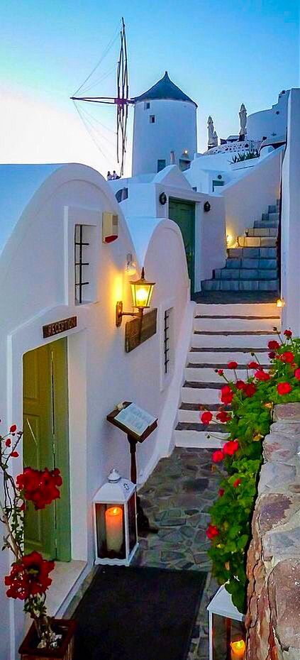 Moinho de vento em Oia, Santorini, Grécia.: