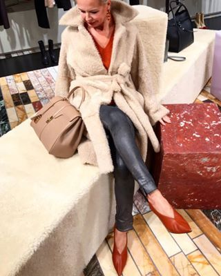 Ich liebe diese edlen warmen Erdtöne im Winter... und Grau mit Rost und Sand harmonieren so schön miteinander🧡👜🧥 ... angenehme Wochenmitte Euch . I love these noble warm earth tones in winter ... and gray with rust and sand harmonizes perfectly... happy humpday🧡👜🧥 . •WERBUNG DURCH FIRMENKENNZEICHNUNGEN IM TEXT OBEN UND IM BILD!• . . . #wintertrends2018 #winterlooks #celinemunich #shootingday #'le16'bag #celinebag #celinecouture #celinebyhedislimane #celinebags #furcoat #maximilianstraße #