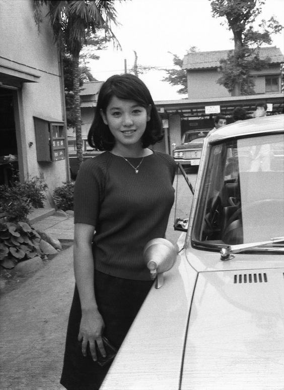 車の横に立っているボブヘアーのひし美ゆり子の画像