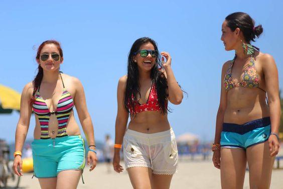 Radiante sol seduce a veraneantes en Honduras  Miles de turistas nacionales y extranjeros disfrutaron ayer de las limpias playas de Tela y La Ceiba. La diversión es variada y los elementos de seguridad garantizan el resguardo de los visitantes. Las ecuatorianas Nathaly Vargas (18), Nassir Veintimilla (17) y Doménica Gutiérrez (17) están encantadas con las playas de Tela.