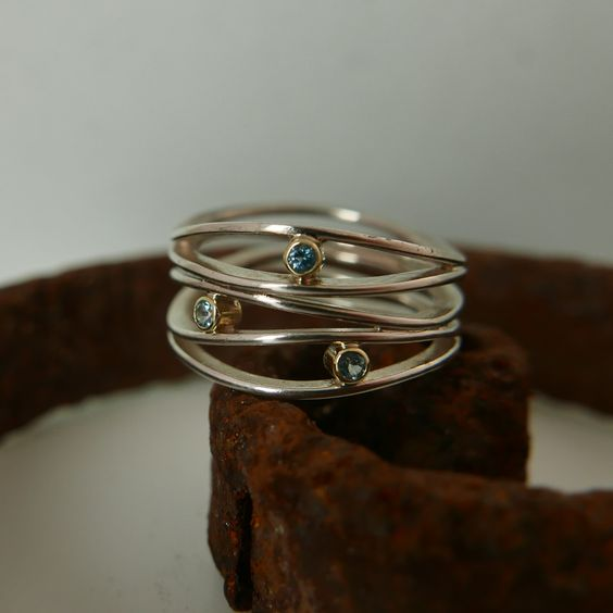 Golf ring zilver met blauwe topaas in geel goud