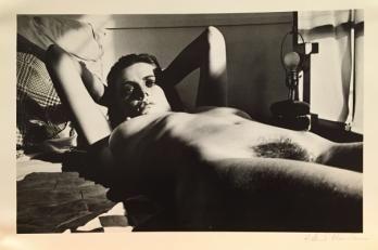 Très belle Photo lithographie en noir et blanc. Signée au stylo en bas à droite par Helmut Newton. Annotations au dos. Petite tache dans la marge au dos (hors photo, sans conséquence). Très bon état, rare. 1980 27x41cm