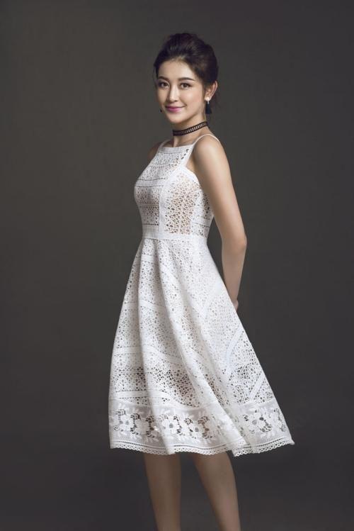Á hậu Huyền My khoe dáng với váy ren xuyên thấu
