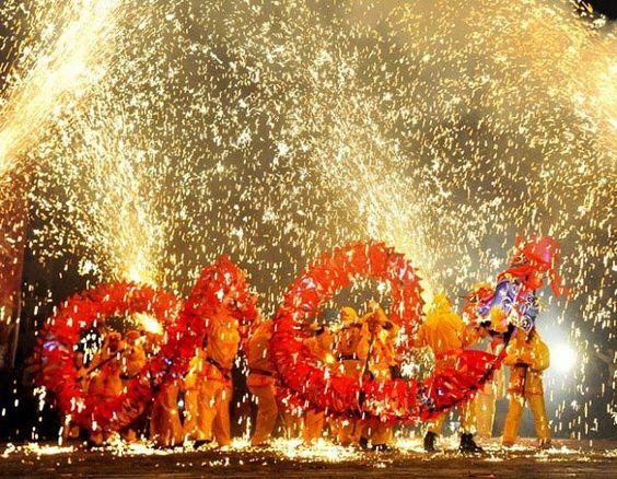 Laze và pháo hoa tên lửa giúp không khí lễ hội thêm phần sôi động