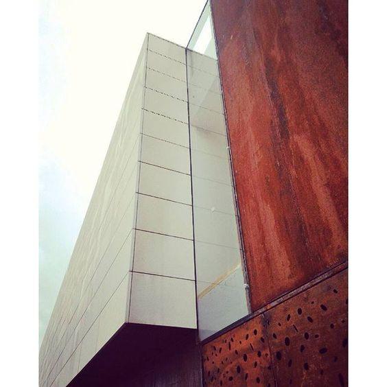 #architettura #architecture #d2wstudio #labcenter #auditorium #acciaiocorten #corten #cortentraforato #lamieraforata #pietra #vetro #pietrabocciardata #skene #anfiteatro #sanbasile #design #lovesdomus #details #facciata #facciataventilata #pareteventilata #architetturamoderna #architetturasostenibile #architetturaitaliana