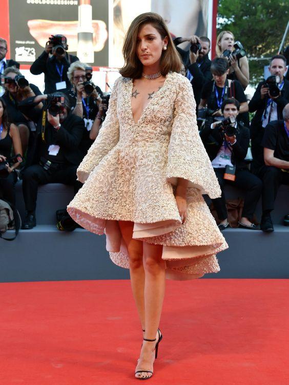 Bloggerin Eleonora Carisi ließ sich in einem kurzen Vokuhila-Dress mit voluminösen Ärmeln auf dem Red Carpet der 73. internationalen Filmfestspiele von Venedig blicken.