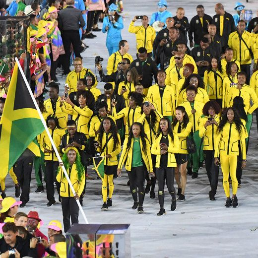 Jamaica's flagbearer Shelly-Ann Fraser-Pryce leads her delegation during the opening ceremony of the Rio 2016 Olympic Games at the Maracana stadium in Rio de Janeiro on August 5, 2016. / AFP / PEDRO UGARTE        (Photo credit should read PEDRO UGARTE/AFP