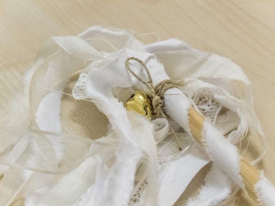 Pompón de cintas o lazos variadas, ideales para animar las fiestas, para animar la salida de los novios de la ceremonia, etc. 24cm de palo   30cm cintas. Pedido mínimo 5 unidades. El pompón mini mide 30cm alto pero 3mm grosor y 6 cintas. Pedido mínimo 5 unidades. Ref. PO001