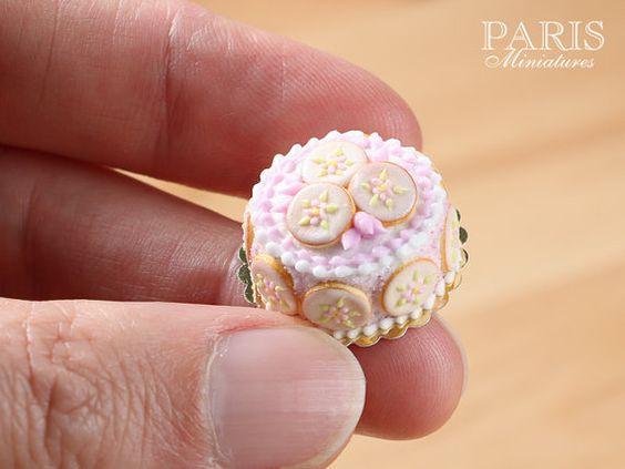 Pink Flower Cookie Cake Miniature Food in 12th por ParisMiniatures