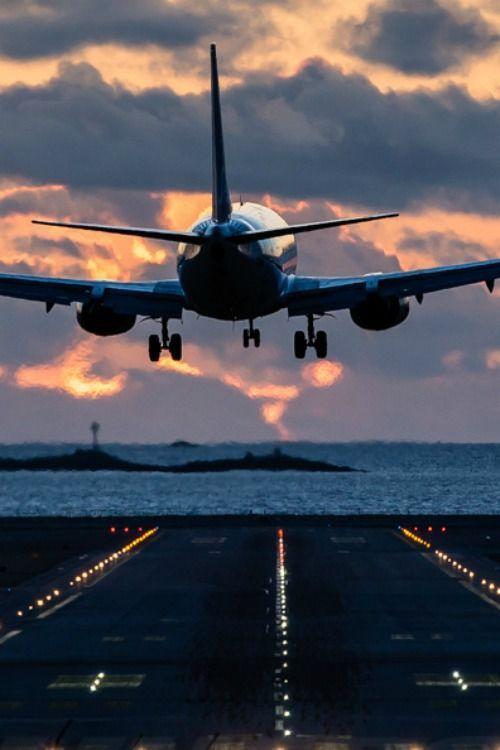 海に向かう飛行機