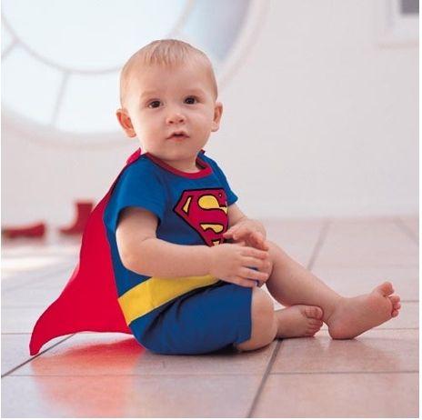¿Tienes algún amigo que acaba de tener un hijo? Aprovecha y regálale este baby de Superman, que seguro que mucha más gente le va a regalar algo normal y és