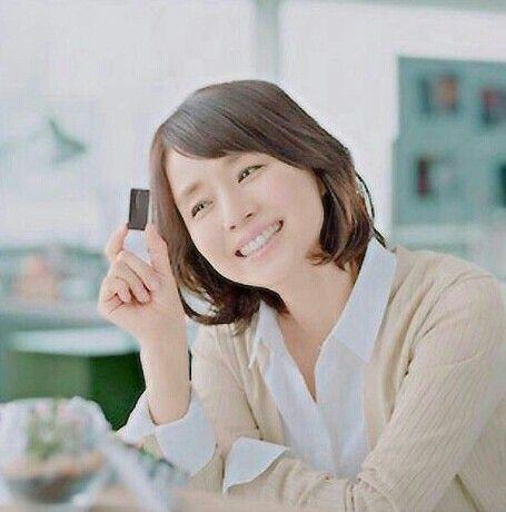 ベージュのカーディガンを着た石田ゆり子
