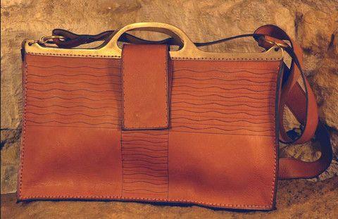 Handgefertige Handtasche aus Leder und Messingelementen - erhältlich bei NOOR Design. www.noor-design.me