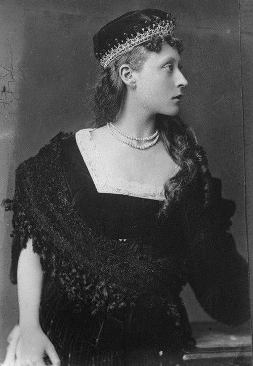 Victoria de Hesse-Darmstadt , hija de la gran duquesa Alicia y el gran duque Luis IV , nieta de la reina Victoria. Ella se casó con Louis de Battenberg , de su tía Beatrice hermano-en - ley. Su hija , la princesa Andrés de Grecia, fue la madre de Felipe , Duque de Edimburgo , por lo que Victoria (foto) Su bisabuela. Más tarde fue conocido como la marquesa de Milford -Haven .