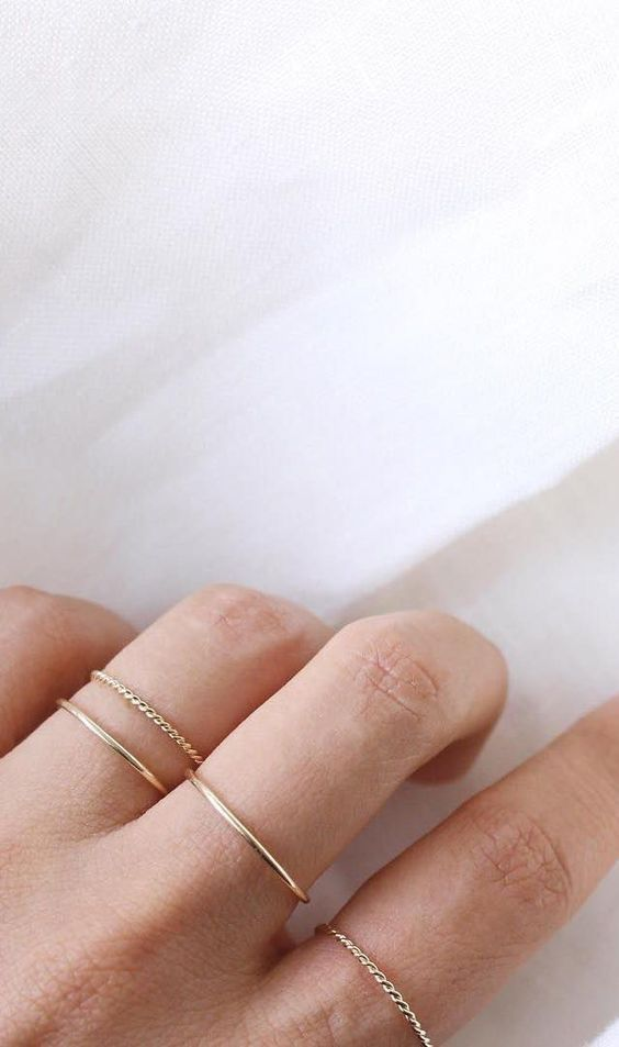 Here's how to wear falls coolest jewelry trend: dainty rings #jewelryringsgifts #FashionTrendsJewelry