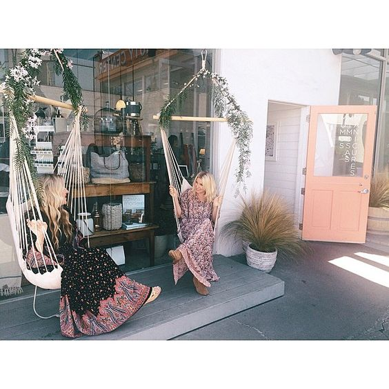 """""""Pretty party girls sitting in some amazing chairs we floralized with pepper berry branches and blooming jasmine vine #mumusandmanicures @thevenuereport…"""""""