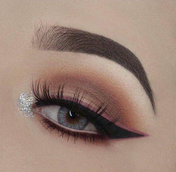 Agrega un delineado de color y glitter en el lagrimal para darle luz a tu mirada. #Sombras #Eyeliner #Ojos