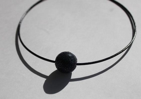 珍しいガルーシャ(エイの革)を使用したチョーカーです。ミラーボールのようにキラキラ輝きます。素肌の上からの勿論、ニットの上からもアクセントになります。アジャス...|ハンドメイド、手作り、手仕事品の通販・販売・購入ならCreema。